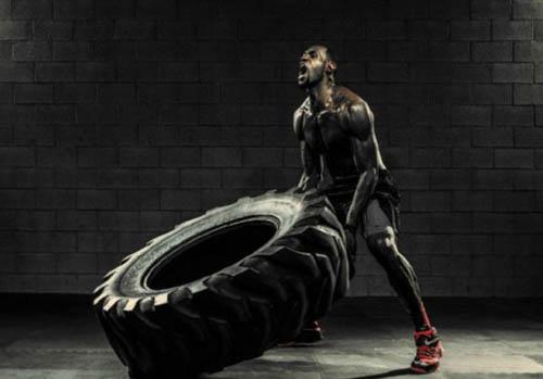 球星詹姆斯搬轮胎秀肌肉图片