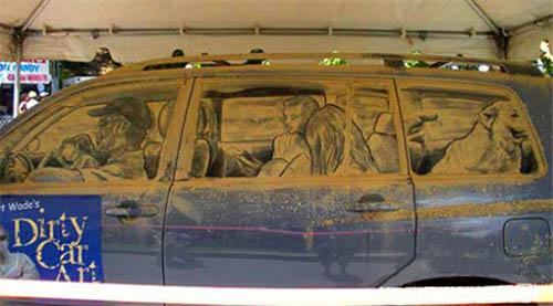 有一位来自美国德克萨斯州的艺术家,爱好利用汽车车窗上的灰尘