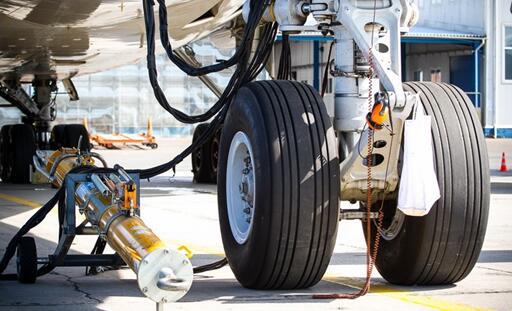 一架飞机是成百上千复杂机械和系统的集合。当我们不由自主抬头向天寻找飞行航迹的时候,也应该想到,飞机是为天空而生,但也需要返回地面。 这时,就能看到飞机的脚起落架和轮胎了。  国外的一位摄影爱好者,拍摄了大量复杂而有趣的客机起落架装置。 这些复杂的装置难免让人想到,要设计一个能承受上百吨起降冲击力量的机械结构,需要多少人付出巨大的努力,又需要多少知识积累!  上图是波音737,这是世界上最受欢迎的喷气式客机之一,采用最常见的前三点式起落架布局,每个起落架配备两个轮胎,简单又经典。  波音737客机的起落架