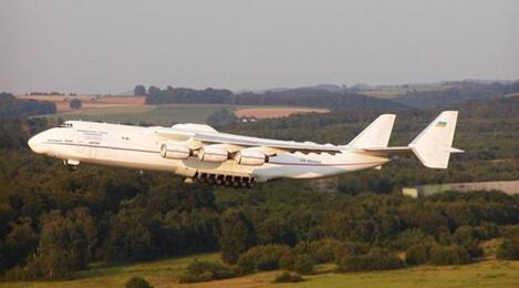 由于每次起飞时飞机都太过沉重,跑道上往往会留下两道清晰可见的胎
